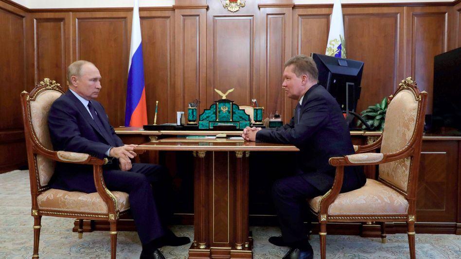 Wladimir Putin und Gazprom-Chef Alexej Miller: Die Gewinne sacken weiter ab, die Dividende ist bereits gekürzt, doch der russische Staat braucht die Erlöse des Staatskonzerns