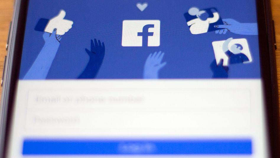 Warum verbreitet Facebook Hassbotschaften und Propaganda? Chatbot Liam hat auf jede Frage eine beruhigende Antwort