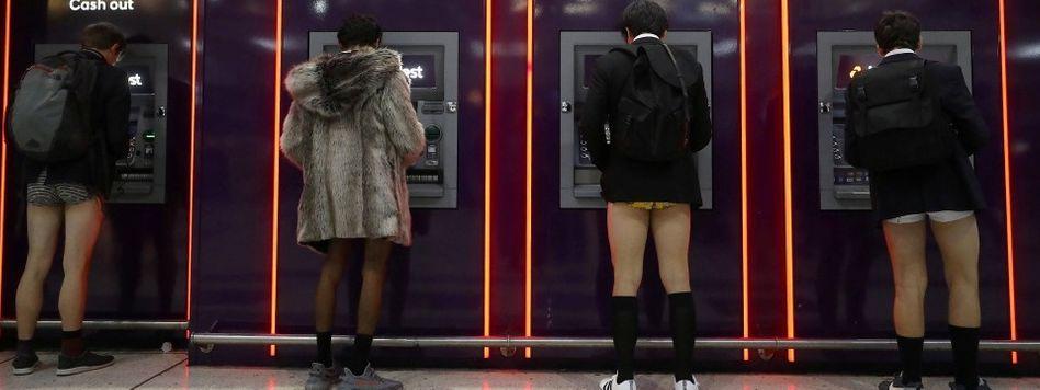 """Die Briten treten kürzer: Aber Spaß beiseite - in London war am Sonntag der """"No Trousers on the Tube Day"""". Und da hatten tatsächlich einige Briten keine Hose an"""