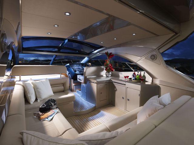 Sunseeker Portofino 48: Viel Glas und ein Doppelbett in der Kajüte - für 700.000 Euro