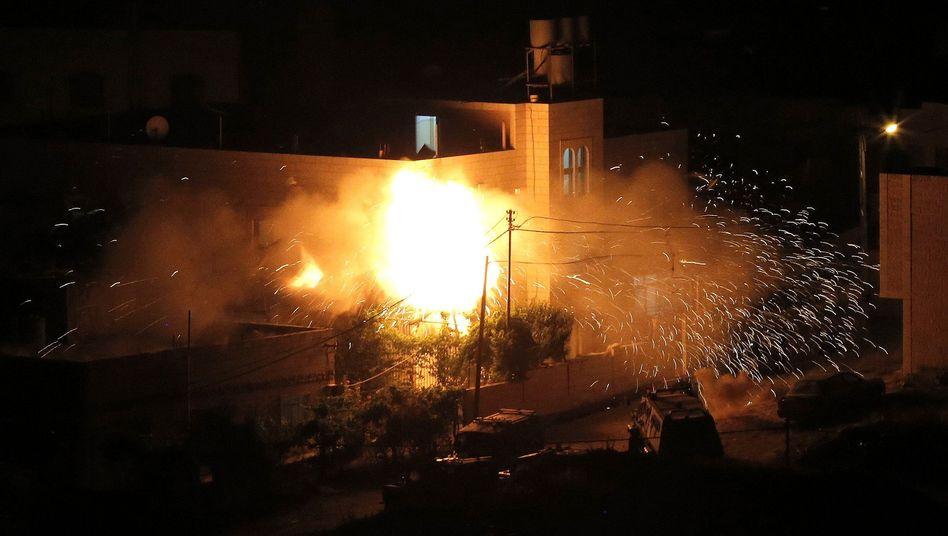Israel sprengte die Häuser zweier Verdächtiger: Durch den Tod der drei entführten Jugendlichen spitzt sich der Konflikt zwischen Israel und Palästina zu