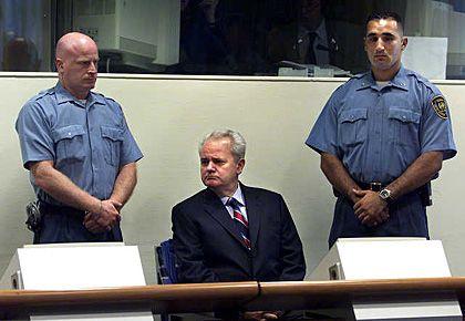 Slobodan Milosevic vor dem Gericht in Den Haag
