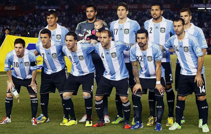 Gut aufgestellt: Argentinien gibt sich entschlossen auf dem Mannschaftsfoto. Der Torwart scheint seine Griffsicherheit an einem Baby stärken zu wollen