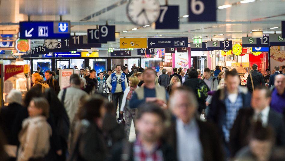 Bahnreisende bleiben bis mindestens September 2016 von weiteren Streiks verschont: Der Tarifkonflikt bei der Bahn ist beendet. Die Lokführergewerkschaft GDL setzt Verbesserungen bei den Arbeitszeiten durch, das umstrittene Tarifeinheitsgesetz soll bis 2020 bei der Bahn nicht greifen. Die Schlichtung hat den Kernkonflikt also in die Zukunft verschoben.