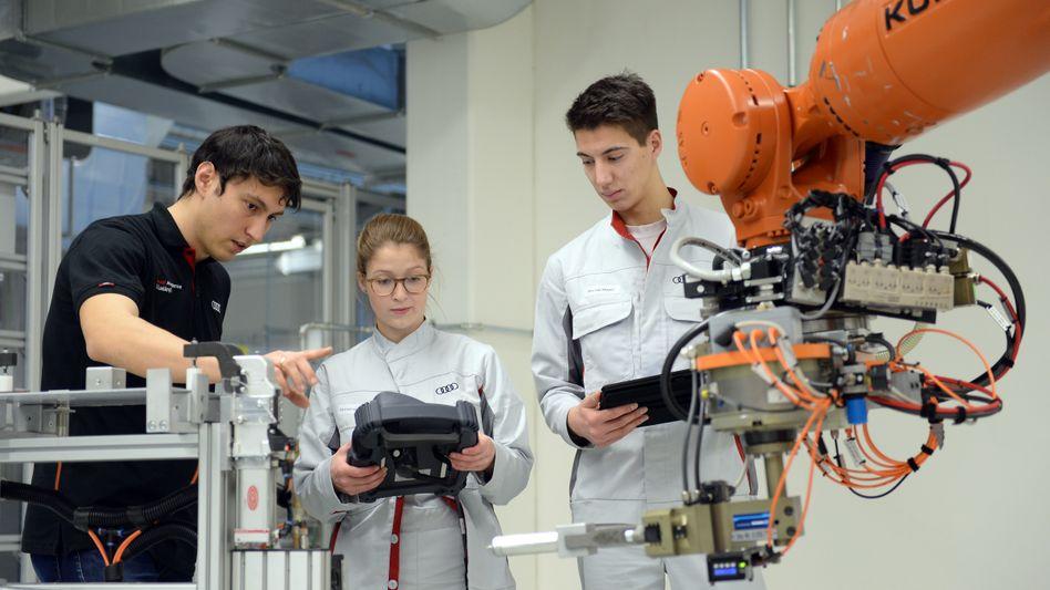 So steuert man einen Produktionsroboter: Auszubildende bei Audi