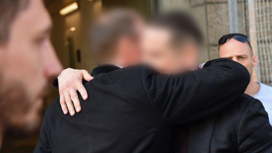 Wieder auf freiem Fuß: Jonas K. und Stephan S. (2.v.r.), die beiden Gründer des Frankfurter Immobilienunternehmens S&K, umarmen sich nach Verlassen des Gerichtsgebäudes in Frankfurt