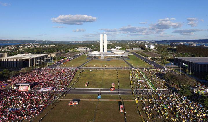 Links und rechts getrennt: Dauerproteste vor dem Parlament in Brasília