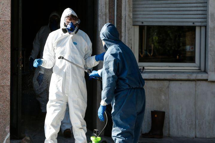Mitarbeiter der Regierung der Region Latium werden desinfiziert, nachdem der Präsident der Region, Zigaretti, positiv auf das neuartige Coronavirus getestet wurde.