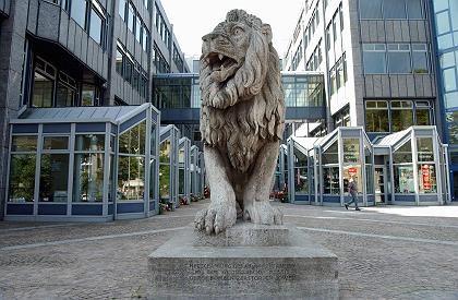 Bald nicht mehr allein?:Der Bayerische Löwe vor dem Gebäude der BayernLB