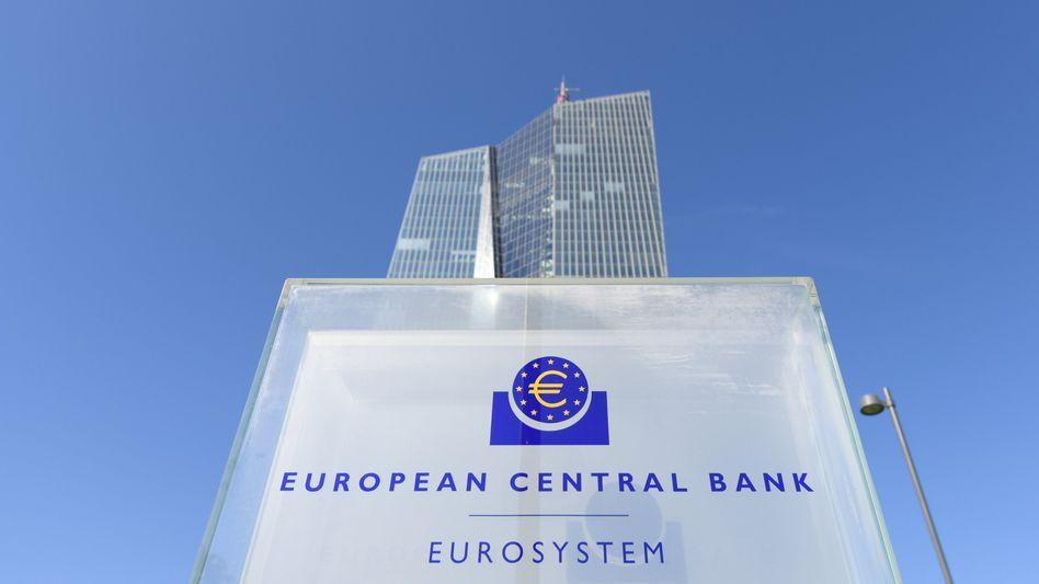 Die EZB verzichtet dieses Mal auf die ansonsten übliche Formulierung, dass die Notenbank ihre milliardenschweren Anleihenkäufe ausweiten könnte, sollten sich die Rahmenbedingungen verschlechtern