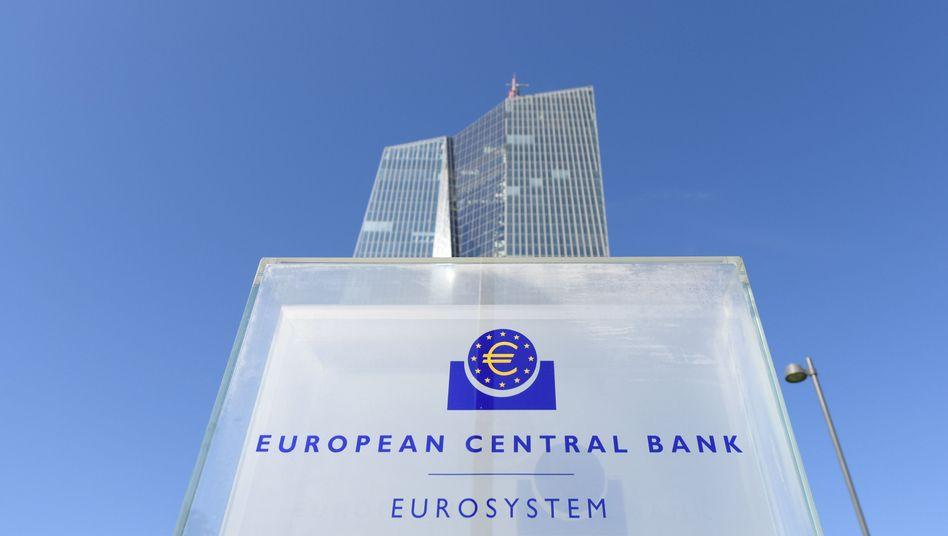 Die Europäische Zentralbank könnte jedem Bürger der Eurozone ein Zentralbankkonto einzurichten und gegebenenfalls darauf einen bestimmten Betrag einzahlen, wenn die Inflationsrate mal wieder absackt - ohne Gegenleistung.