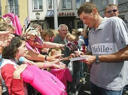 Werbeträger für T-Mobile: Jan Ullrich gibt Autogramme