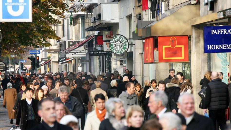 """Einkaufmeile """"Kö"""" in Düsseldorf: Der Konsum hat die Wirtschaft erneut gestützt, es reichte noch für das zehnte Wachstumsjahr in Folge"""