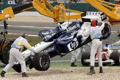 Ein Fall für den Kran: BMW-Pilot Ralf Schumacher beim Grand Prix auf dem Nürburgring