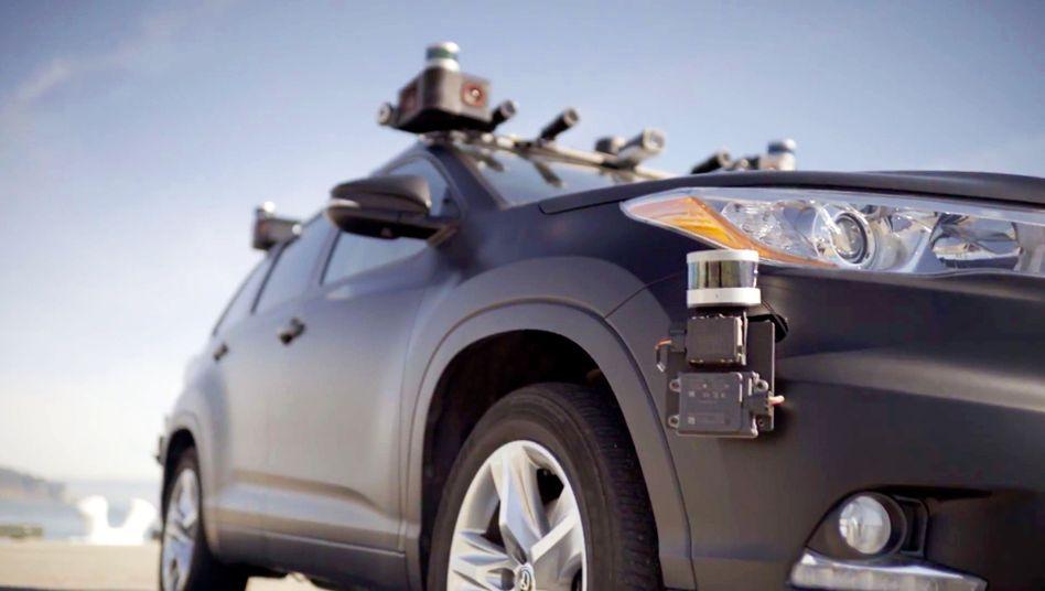 Test-Auto von Zoox: Die Entwicklung der Technik für autonomes Fahren verschlingt enorm viel Geld und Ressourcen. Zoox sucht schon länger nach neuen Investoren - bislang wohl vergeblich. Jetzt klopft offenbar Amazon an und könnte gleich das ganze Unternehmen kaufen.