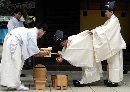 Strenge Etikette: Shinto-Priester bei der Schrein-Zeremonie