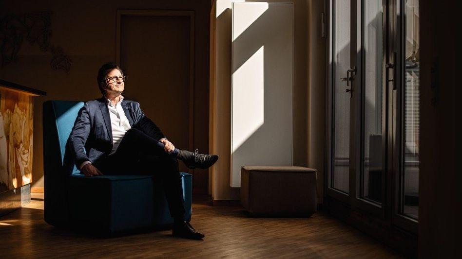 """THE NEW NORMAL Bestsellerautor Stephan Grünewald (""""Wie tickt Deutschland?"""") in der Lobby seines Kölner Instituts: Er ist jetzt Mitglied der Expertenkommission, die NRW-Ministerpräsident Armin Laschet berät, wie die Rückkehr zur Normalität gelingen kann"""