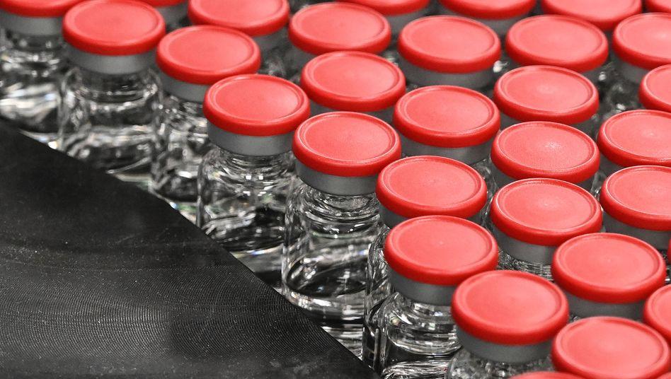 Streit um Impfstoff: In einer Abfüllanlage in Anagni entdeckten EU-Inspektoren 29 Millionen Dosen Astrazeneca-Impfstoff. Ein drohendes Exportverbot sorgt dafür, dass London sich plötzlich gesprächsbereit zeigt