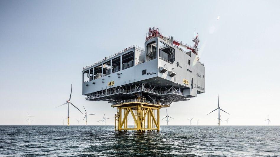 Poleposition: Kein Windturbinenhersteller hat so viele Maschinen im Meer installiert wie Siemens Gamesa. Die 60 Turbinen für Eons Windpark Arkona in der Ostsee (Foto) errichtete die Siemens-Energy-Tochter in nur fünf Monaten, vorn eine Umspannplattform.