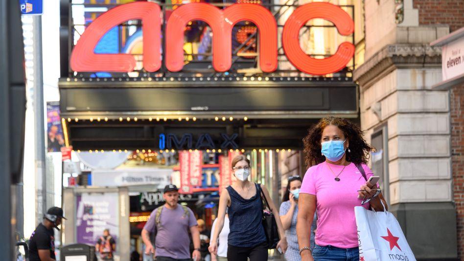 Passanten vor AMC-Kino in New York: Die Kette hofft auf ein Ende der Pandemie und die Rückkehr der Besucher