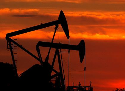 Dämmerung: Die bevorstehende Rezession lässt den Ölpreis ebenso wie die Aktienmärkte weiter einbrechen. An den Tankstellen in Deutschland merkt man von dem jüngsten Preisrutsch noch nicht viel.