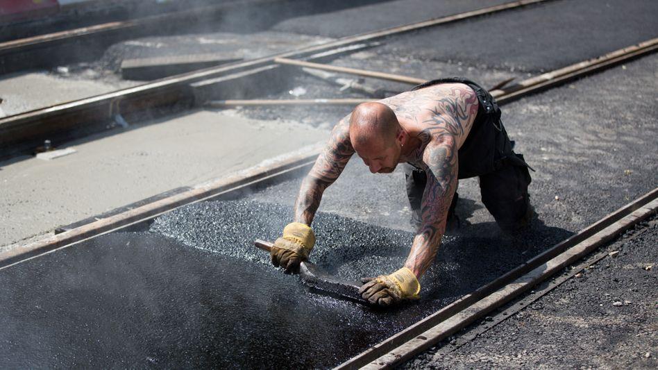 Straßenbau in der Sommerhitze: Auch die konjunkturellen Überhitzungserscheinungen nehmen zu