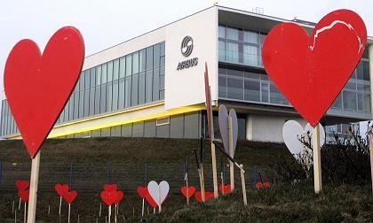 Protestaktionen gegen Stellenabbau: Vor dem Airbus-Werk im oberschwäbischen Laupheim stehen am Donnerstag hölzerne Herzen
