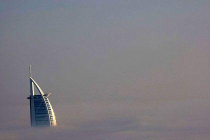 Turm im Nebel: Die charakteristische Linie des Burj Al Arab bleibt auch umwölkt unverkennbar