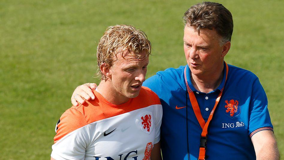 Chef-Coach van Gaal und Dirk Kuyt: Nike stattet bei der WM die Niederländer aus. Den Cheftrainer wird Nike als Werbeträger verlieren, denn der Niederländer wechselt zum britischen Club ManU, wo Adidas Nike verdrängen dürfte
