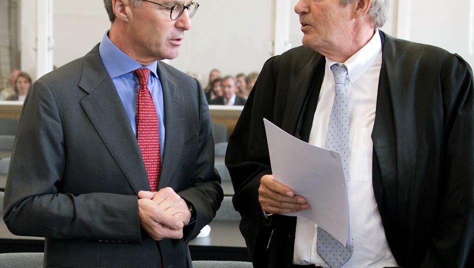 Anlegerinformation angeblich verzögert: Ex-Wölbern-Chef Schulte (l.) mit seinem Anwalt Wolf Römmig