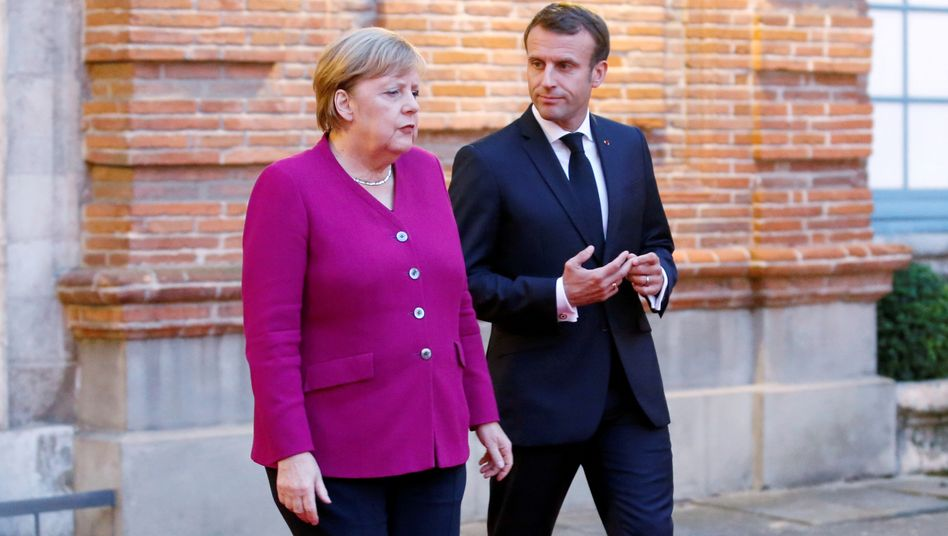 Als der Gleichschritt noch unter freiem Himmel geübt werden konnte: Bundeskanzlerin Angela Merkel mit Frankreichs Präsident Emmanuel Macron bei einem Treffen im Oktober in Toulouse.