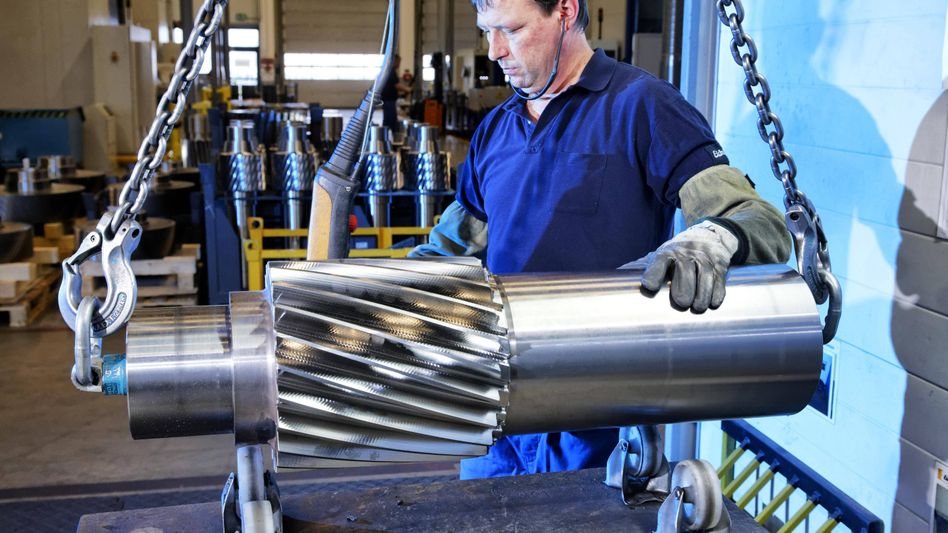 Arbeiter im Maschinenbau: In vielen Unternehmen müssen Beschäftigte in diesen Tagen in Kurzarbeit wechseln - das erleichtert den Wiedereinstieg nach der Krise, zeigt eine Studie.