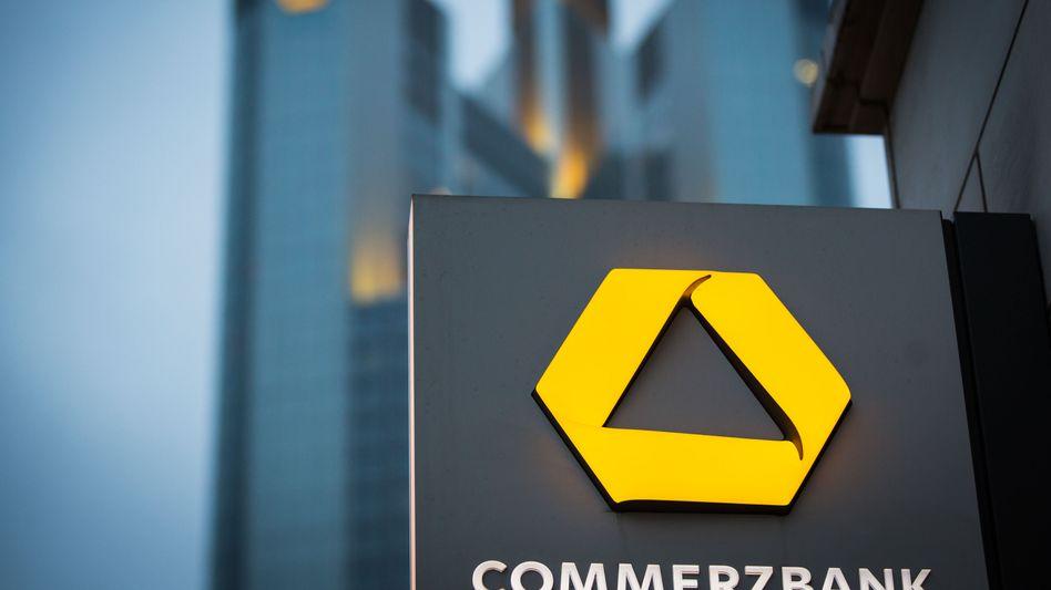 Commerzbank-Logo in Frankfurt am Main: Im Vorjahresquartal blähte der Verkauf der Frankfurter Firmenzentrale die Bilanz der Bank auf