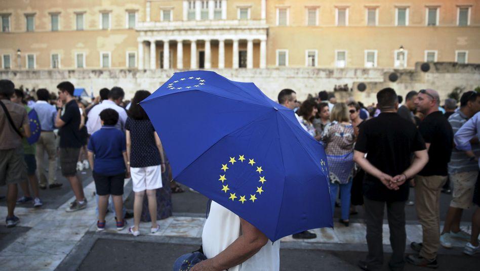 Griechenland bleibt unter dem Dach des Euro und wird ein drittes Hilfspaket bekommen