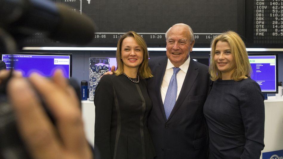 Familienangelegenheit: Der verstorbene Heinz Hermann Thiele mit seiner Ehefrau Nadia Thiele (links) und seiner Tochter Julia Thiele-Schürhoff (rechts) beim Börsengang 2018. Die beiden Frauen erben wohl das Vermögen.