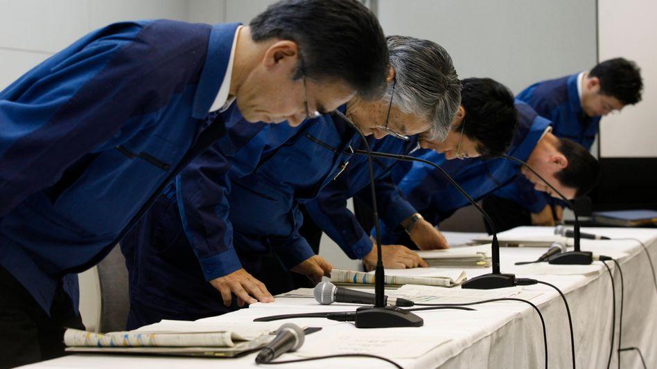 Stetes Ritual: Einmal mehr entschuldigt sich das Tepco-Management bei der Öffentlichkeit. Der Betreiber des japanischen Katastrophenreaktors Fukushima hat jetzt erstmals einen Zeitplan zur Eindämmung der Katastrophenfolgen vorgelegt