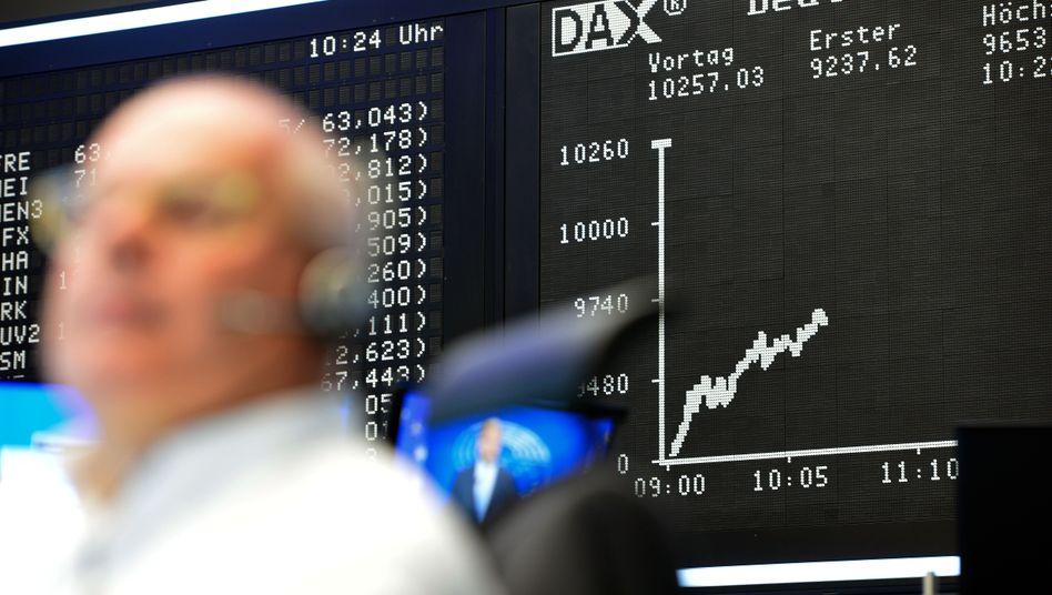Börsianer in Frankfurt: Am Aktienmarkt machen sich Sorgen wegen des steigenden Preisniveaus breit