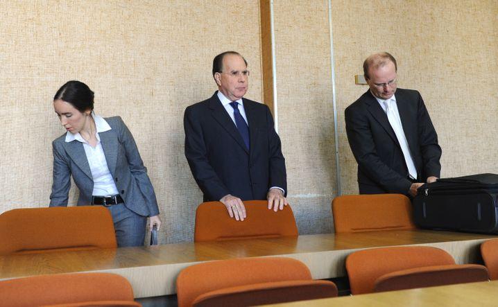 Auf Wiedervorlage: Uriel Sharef (M.) mit Anwälten im Münchener Untreue-Prozess (2013)