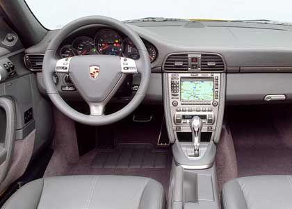 Klassische Einrichtung mit billigen Plastikelementen: Carrera-Cockpit