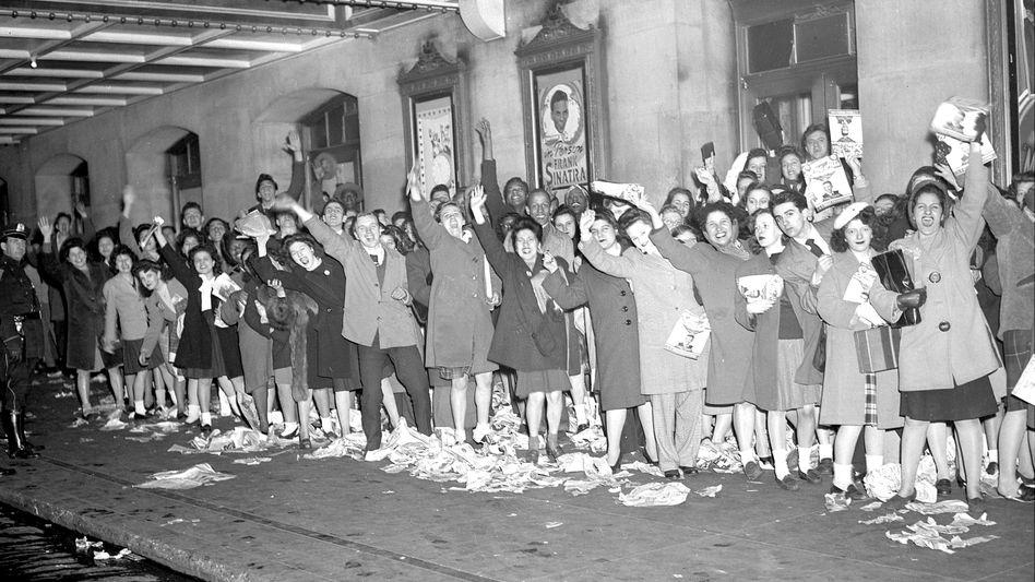 """Euphorisch:Die """"Bobby Soxers"""" mit ihren weißen Socken lösten in den 1940er Jahren die erste Massenhysterie der Popgeschichte aus. Ihr Idol: """"The Voice"""" Frank Sinatra."""