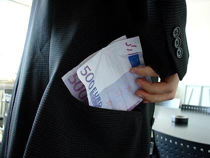 So lief es angeblich nicht: In der Korruptionsaffäre bei Siemens haben sich beschuldigte Mitarbeiter offenbar kein Geld in die eigene Tasche gesteckt