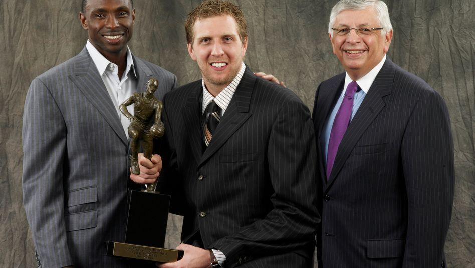 David Stern (rechts) mit Deutschlands Basketballlegende Dirk Nowitzki (Archivaufnahme, 2007)