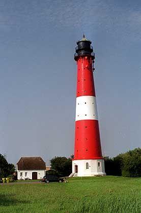 Rot-weiß geringelt: Leuchtturm auf der Watteninsel Pellworm