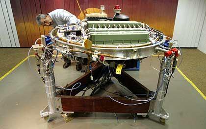 Jose Juan Lopez-Moreno: Der Wissenschaftler erlaeutert in einem Raum der Europaeischen Weltraumorganisation die Funktion der Sonde Huygens anhand des 1:1-Referenzmodells