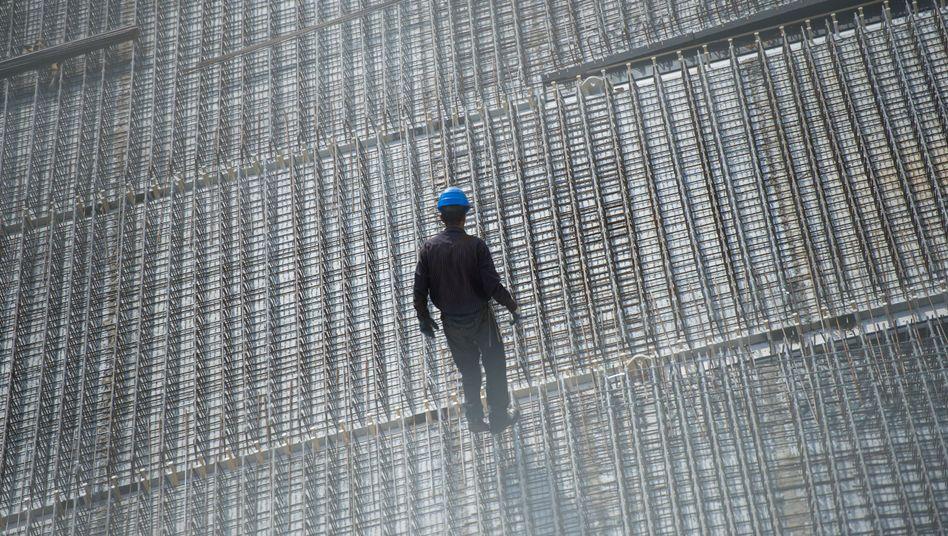 Arbeiter auf einer Baustelle: Baufirmen verdienen aktuell bestens