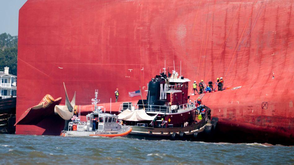 """""""Golden Ray"""": Mit mehr als 4000 Kraftfahrzeugen an Bord havarierte das Transportschiff im September 2019 in der Bucht von St. Simons Sound auf dem Weg zum Hafen von Baltimore - die Bergung dauerte mehr als ein Jahr und war enorm kostspielig"""