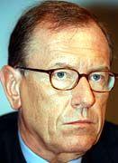 Dauerstreit: Wegen Behinderung des Wettbewerbs musste Daimler-CEO Jürgen Schrempp 72 Millionen Euro zahlen. Vorerst letzter Akt im Konflikt des Kommissars mit der Autoindustrie.