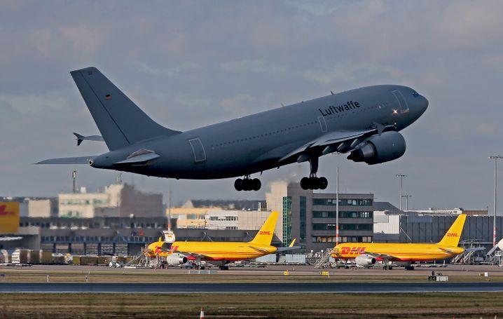 """Der Airbus A310 """"Kurt Schumacher"""" startete am Freitag auf dem Flughafen Köln Bonn in Richtung Wuhan"""