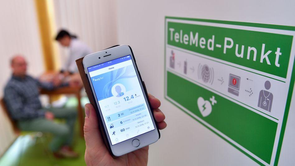 Digitalisierung in der Medizin: Blutdruckwerte lassen sich per Smartphone an einen Arzt übermitteln, der dann gegebenenfalls über Online-Video-Schaltung berät