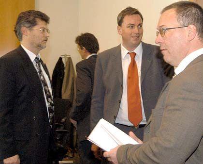 Vor Gericht: Alexander Häfele (l.) und Gerhard Harlos (r.) warten im Landgericht Augsburg mit dem Anwalt Klaus Rödl (Mitte) auf den Beginn ihres Prozesses